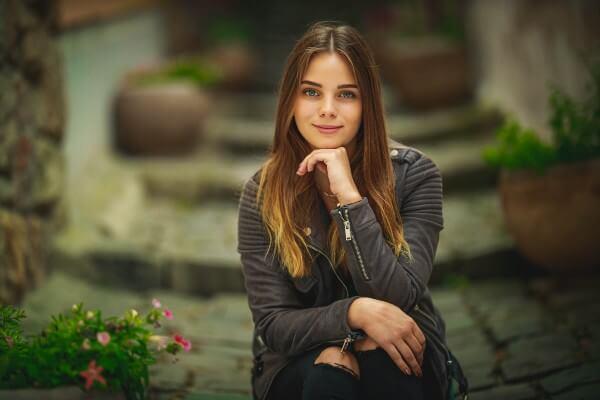 Portré kép készítés - könyöklő nő- Hodos Alex - pixLX