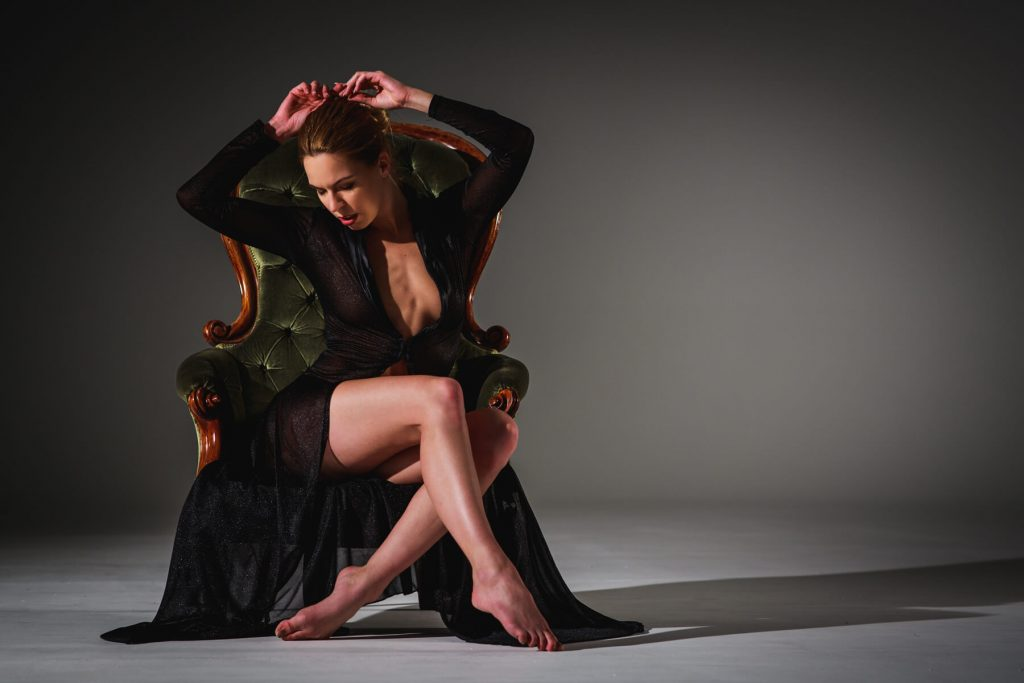 Művészi portré kép készítés - ülő nő- Hodos Alex - pixLX