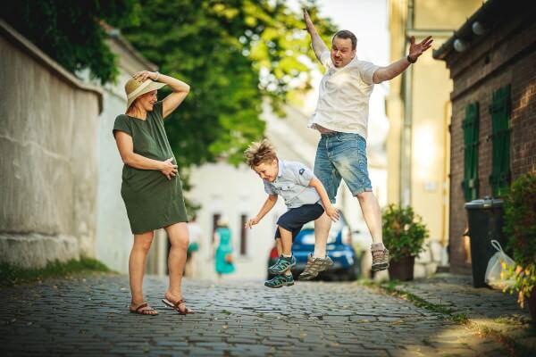 Családi fotózás - ugró család - Hodos Alex - pixLX