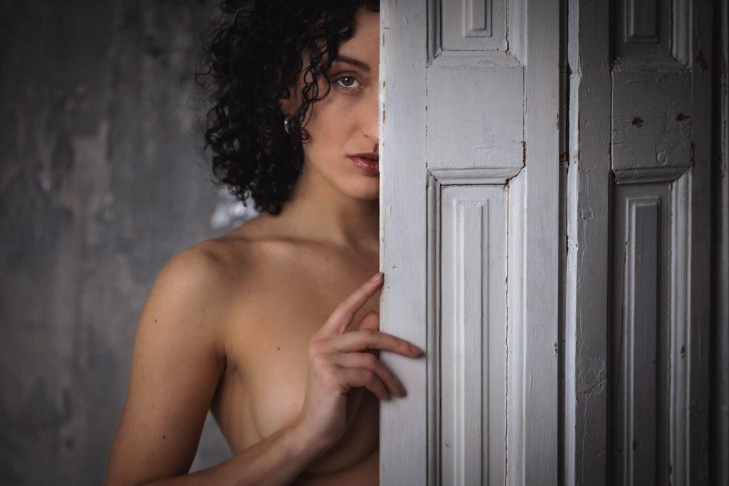 Művészi portré képek készítése - akt- nő az ajtó mögött -Hodos Alex - pixLX