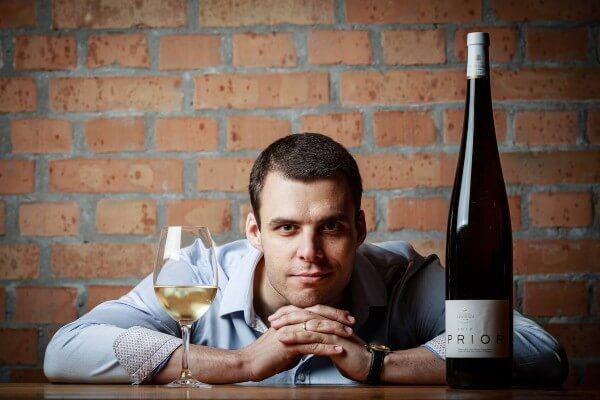 Business portré képek készítése férfi boros üveggel és pohárral-- Hodos Alex - pixLX