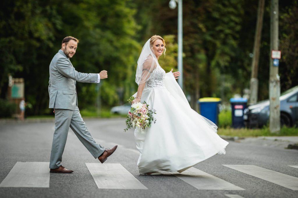 Esküvőfotózás - zebrán haladó pár- Hodos Alex - pixLX